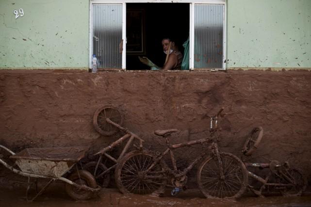 Un homme nettoie sa maison remplie de boue,... (Photo Ricardo Moraes, Reuters)