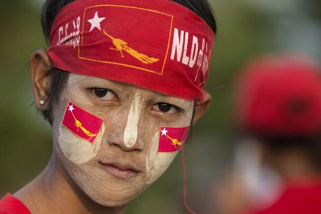 Une jeune supporteur de Aung San Suu Kyi... (AP, Mark Baker)