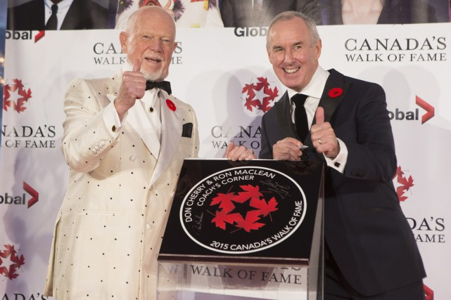 Don Cherry et Ron MacLean posent à côté... (Photo Chris Young, PC)
