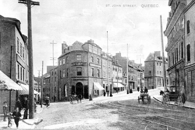 L'intersection des rues Saint-Jean et Couillard en 1907... (Archives de la Ville de Québec, no du négatif N030802)