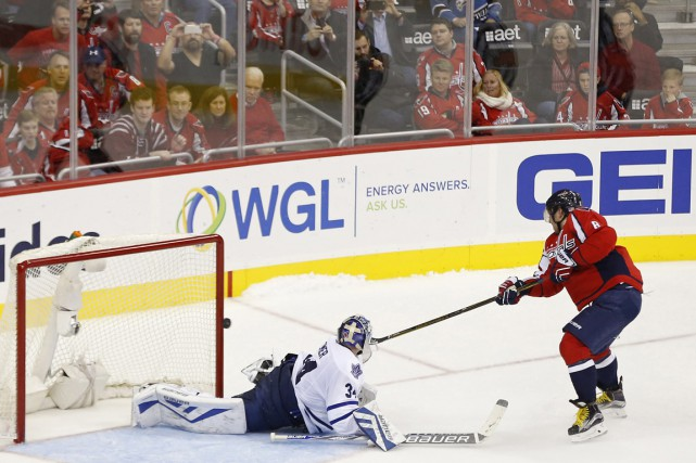 Alex Ovechkin marque dans les filets de James... (Photo Geoff Burke, USA TODAY Sports)