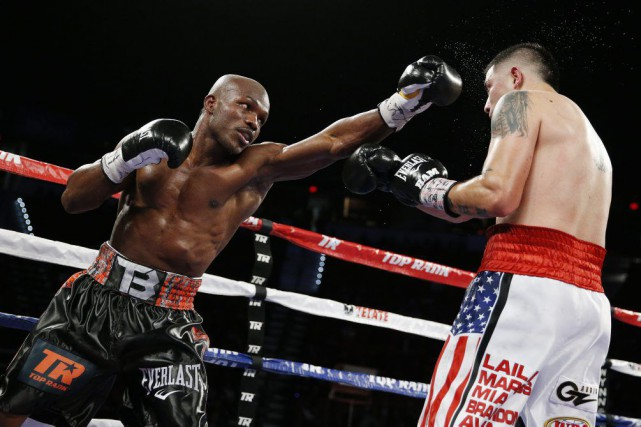 Timothy Bradley et Brandon Rios, samedi soir à... (Photo John Locher, AP)