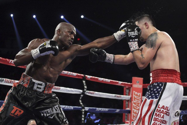 Timothy Bradley... (PHOTO JOHN GURZINSKI, AFP)