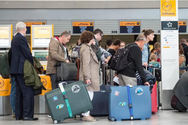 Après quelque 300 vols annulés vendredi, la grève... (Photo Boris Roessler, AP)