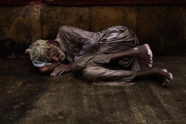 Un sans-abri tente de trouver le sommeil dans... (Archives AP, Bernat Armangue)