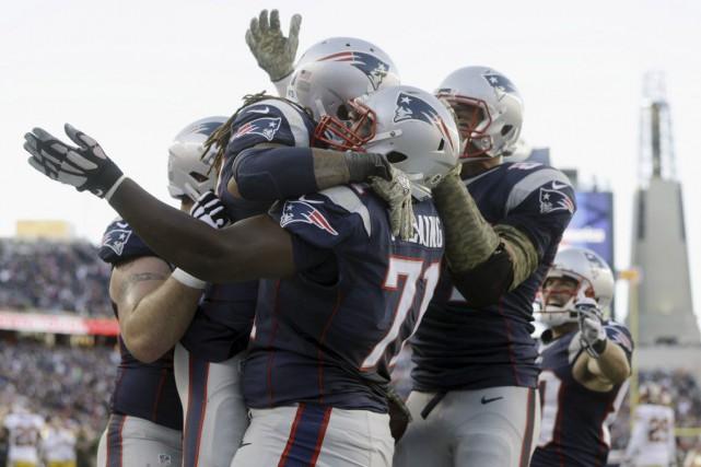 Brandon Bolden saute dans les bras de Cameron... (PHOTO STEVEN SENNE, AP)