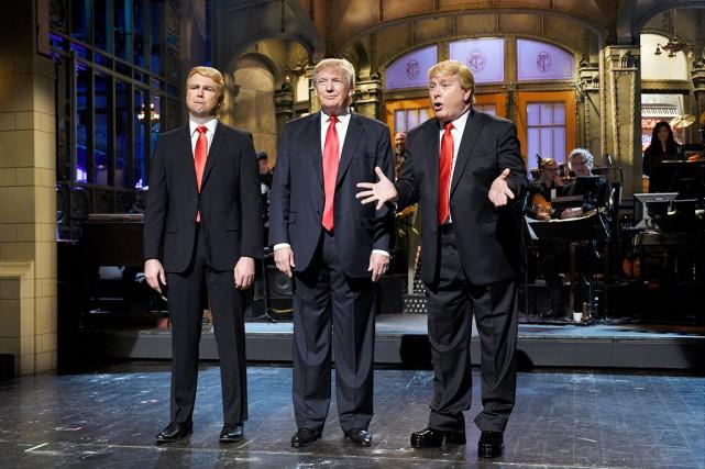 Donald Trump est entouré des comédiens Taran Killam... (AP, Dana Edelson)