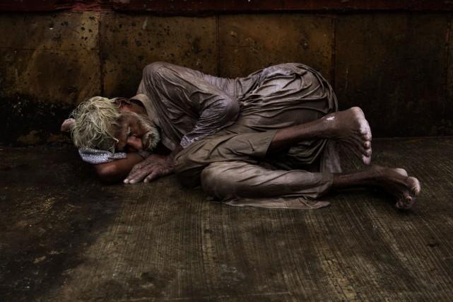 Un sans-abri tente de trouver le sommeil dans... (Bernat Armangue, Archives AP)
