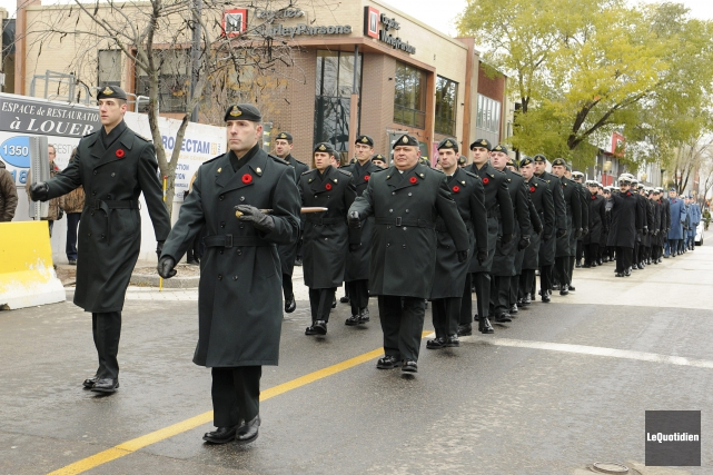Les membres du Régiment du Saguenay ont paradé... (Photo Le Quotidien, Mariane L. St-Gelais)