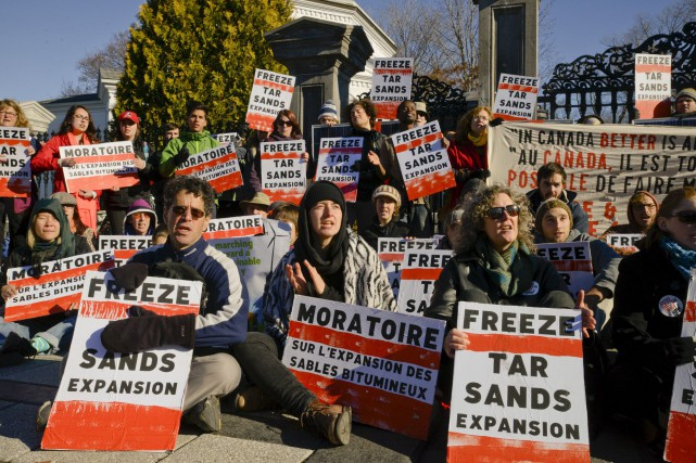 Des manifestants se sont rassemblés à l'entrée de... (Martin Roy, LeDroit)