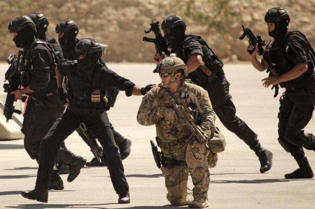 Un instructeur américain s'entraîne avec des membres des... (PHOTO MAYA ALLERUZZO, ARCHIVES AP)