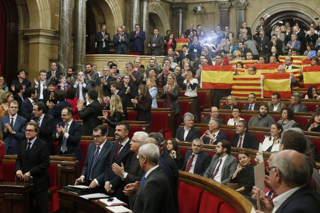Soixante-douze députés indépendantistes (sur 135) ont adopté le... (PHOTO ALBERT GEA, REUTERS)