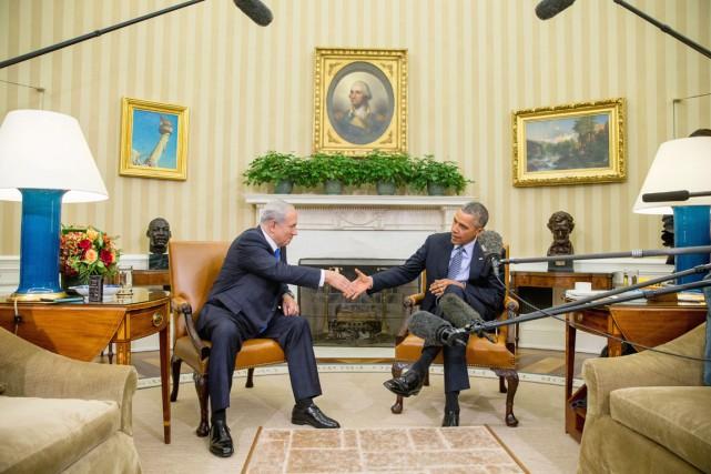 Le président américain reçoit le premier ministre israélien... (PHOTO ANDREW HARNIK, AP)