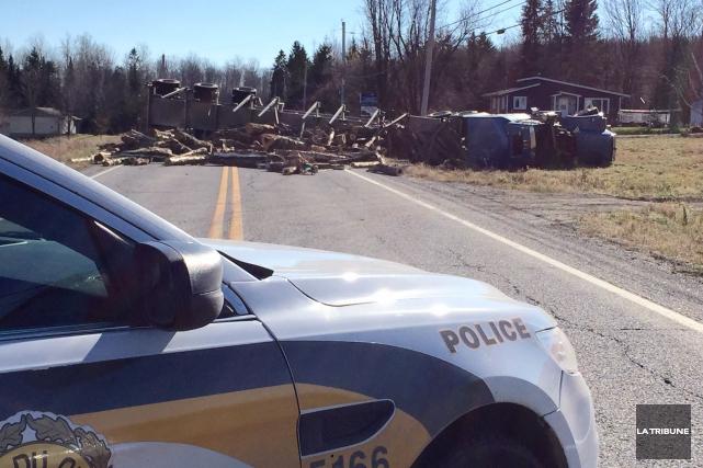 Deux conducteurs, dont un camionneur, ont été blessés, lundi avant-midi lors... (Imacom, Frédéric Côté)