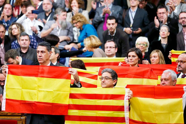 Soixante-douze députés indépendantistes (sur 135) ont adopté lundi... (AP, Manu Fernandez)