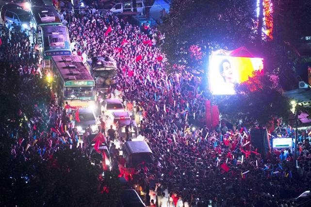 Une énorme foule s'est agglutinée lundi devant le... (AFP, Romeo Gacad)