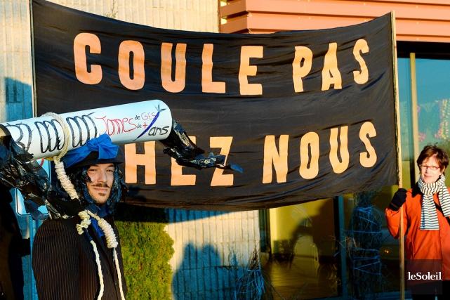 Quelques dizaines de manifestants s'étaient réunis devant l'hôtel... (Le Soleil, Erick Labbé)