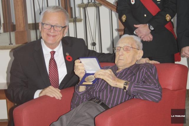 Le député Pierre Reid a remis la médaille... (La Tribune, Jean-François Gagnon)