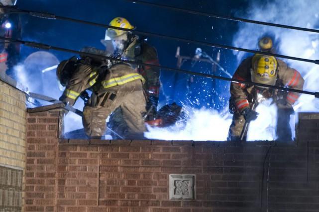Le deuxième incendie s'est produit vers 2h20 dans... (PHOTO FÉLIX O.J. FOURNIER, COLLABORATION SPÉCIALE)