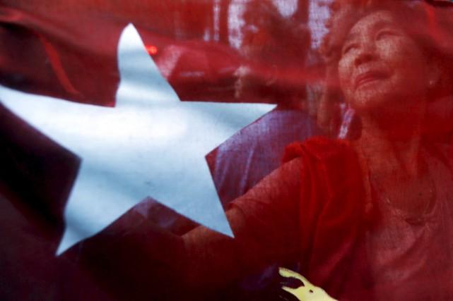 Des partisans d'Aung San Suu Kyi célèbrent la... (PHOTO JORGE SILVA, REUTERS)