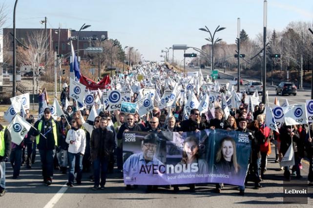 Les employés en grève du secteur public ont fait la démonstration de leur... (Patrick Woodbury, LeDroit)