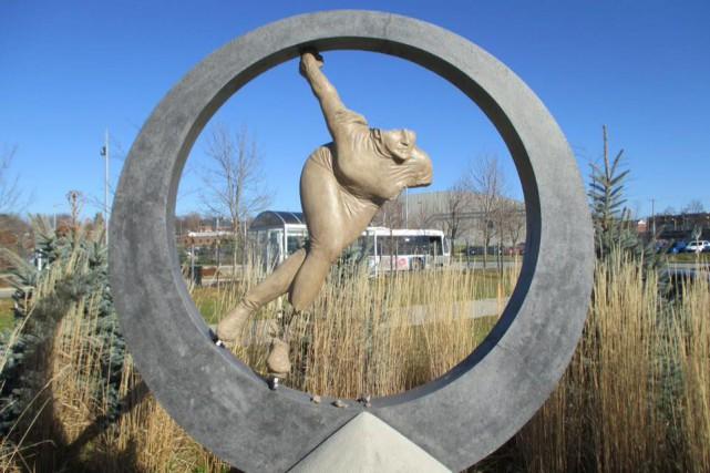 La statue rendant hommage à la grande Olympienne Sylvie Daigle, devant le... (Photo tirée de Facebook)