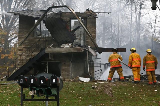 Des pompiers se sont rendus sur les lieux... (PHOTO AP)