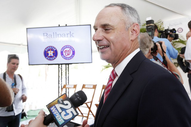 Le commissaire du baseball majeur, Rob Manfred, a... (AP, Steve Mitchell)