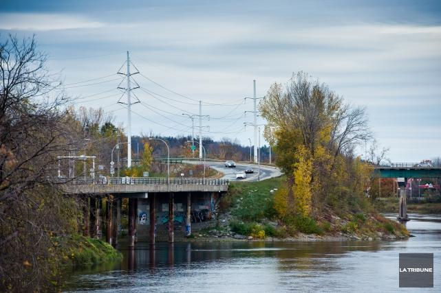 Le déversement des eaux usées dans le fleuve Saint-Laurent qui devait commencer... (Archives La Tribune)