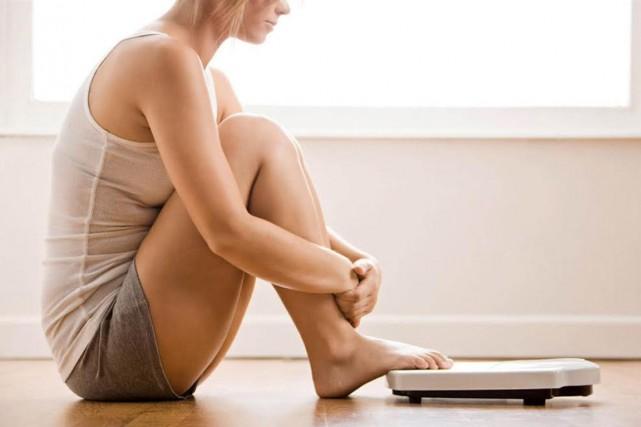 Monter sur la balance n'est peut-être pas un comportement anodin, surtout chez... (Photo Digital/Thinkstock)