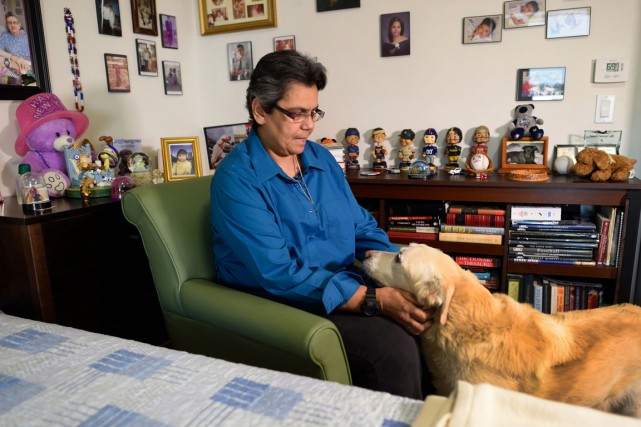 Gloria Montes en compagnie de son chien Cache,... (PHOTO DON EMMERT, AFP)