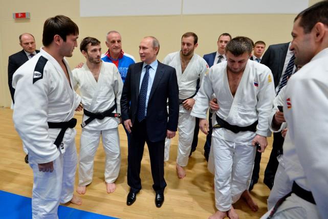 Vladimir Poutine a rencontré des judokas à Sotchi,... (AFP, Alexei Druzhinin)