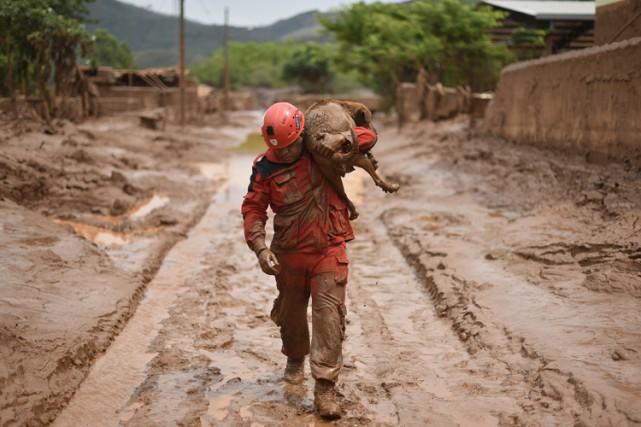 La rupture jeudi de deux barrages de Samarco... (PHOTO AFP)