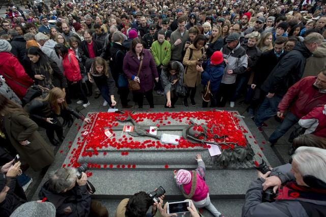 Près de 35 000 personnes se sont rassemblées mercredi près du Monument... (La Presse Canadienne)