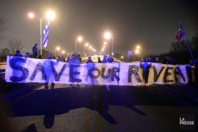 Les manifestants réclament à Ottawa et à Montréal... (PHOTO BERNARD BRAULT, LA PRESSE)