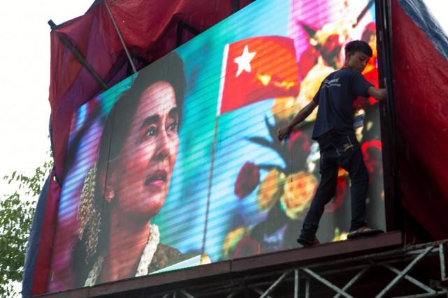 Les partisans d'Aung San Suu Kyi n'attendent que... (PHOTO AMANDA MUSTARD, ARCHIVES AP)