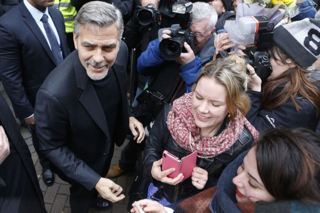 George Clooney a pris un traditionnel bain de... (PHOTO AP)