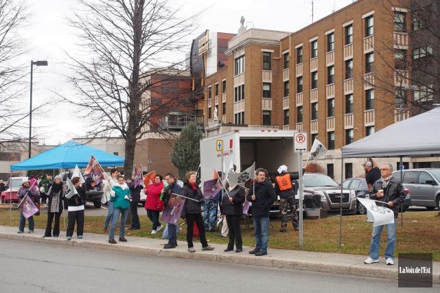 Des manifestants devant l'Hôpital de Granby.... (PHOTO LA VOIX DE L'EST)