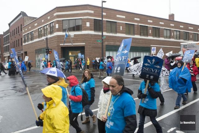 Les grévistes ont manifestés à plusieurs endroits à... (Photo: Stéphane Lessard Le Nouvelliste)