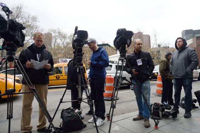 Des membres des médias font le pied de... (PHOTO DON EMMERT, AFP)