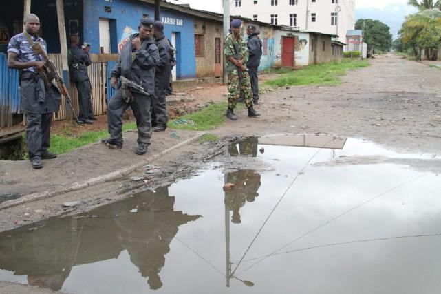 Des policiers et militaires burundais montent la garde... (PHOTO ARCHIVES AP)
