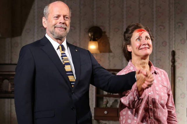 Bruce Willis et Laurie Metcalf sur la scène... (PHOTO AP)