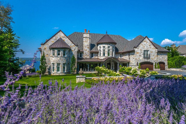 La luxueuse maison a été construite en bordure... (Photo site web Royal LePage)