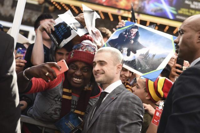Daniel Radcliffe pose avec un fan lors de... (ROBYN BECK)