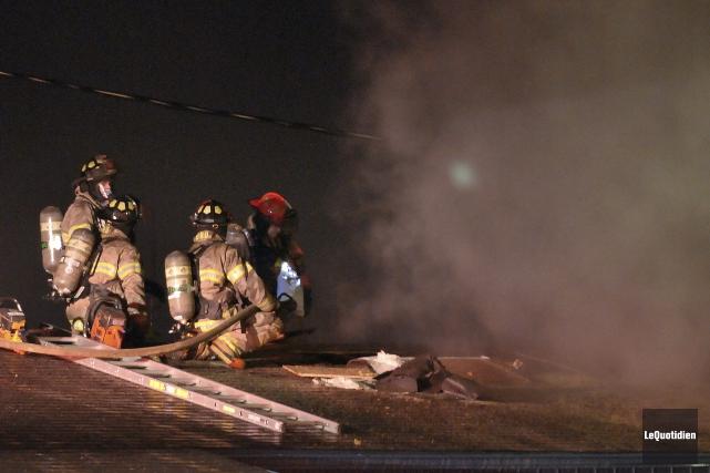 Les pompiers ont rapidement maîtrisé les flammes chez... (Photo Le Quotidien, Rocket Lavoie)