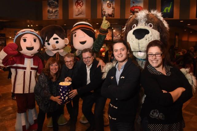 Sur la photo, devant des mascottes du film... (François Gervais)