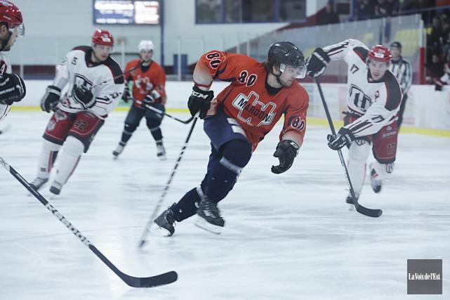 Le HockeyProfil.com de Sherbrooke (en blanc) avait obtenu... (Archives La Voix de l'Est)
