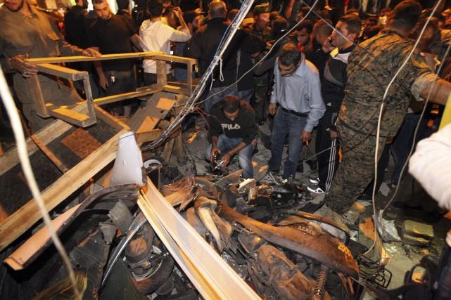 Des secouristes inspectent les débris dans une rue... (Agence France-Presse)