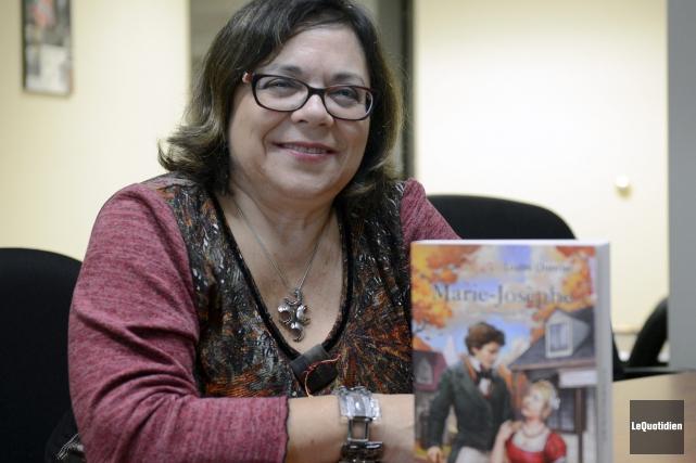 L'auteure originaire de Chicoutimi, Louise Chevrier, présente le... (Photo Le Quotidien, Jeannot Lévesque)