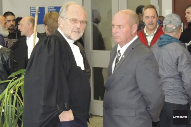 L'employé de la MMA Railway, Tom Harding (droite)... (La Tribune)